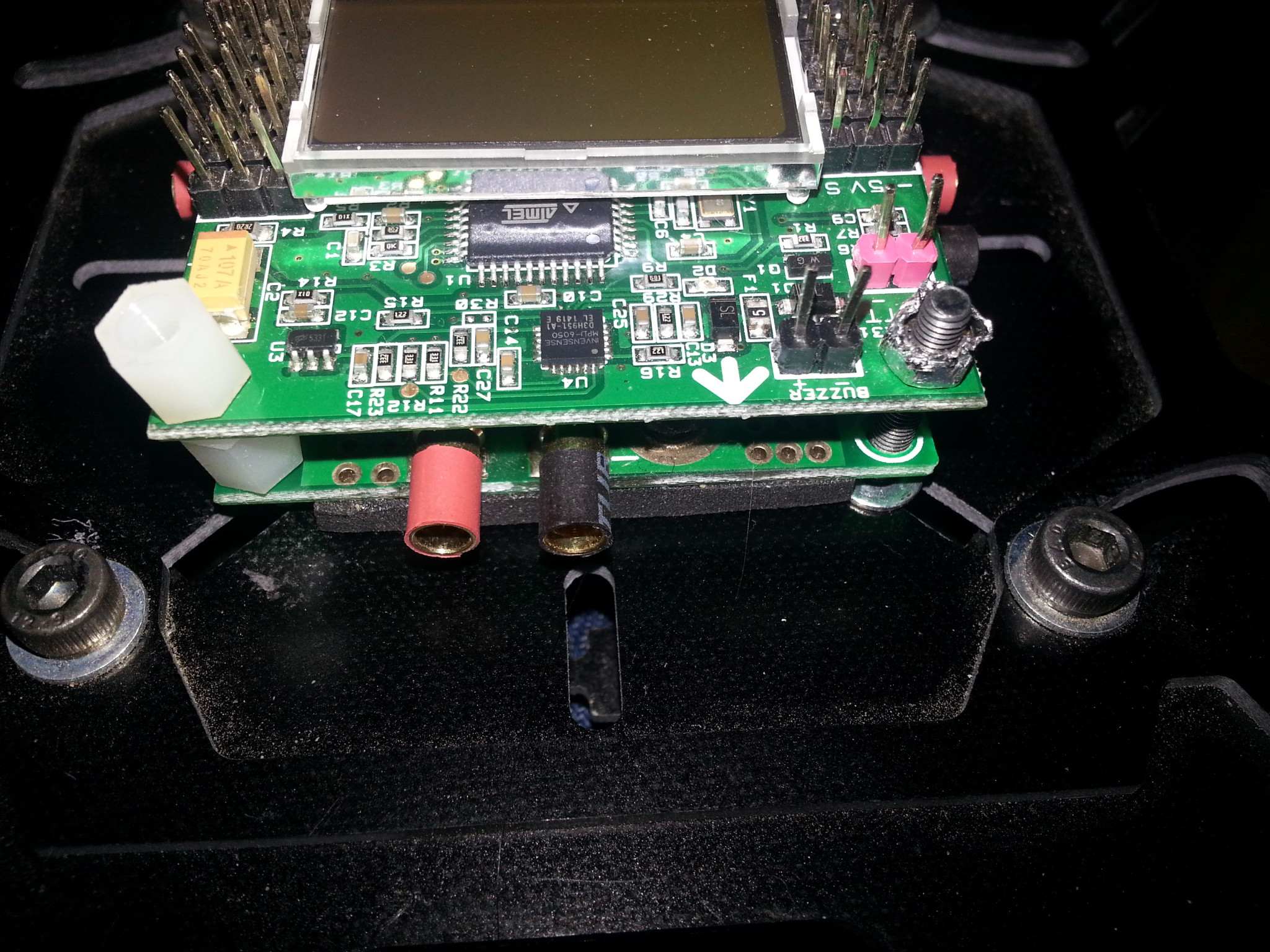 Power Distribution Board-а изглежда по-добре закрепен с болтове, отколкото вързан с тиксо.